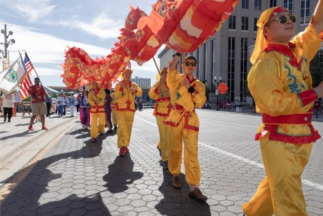 文化融和節的大遊行之一,華裔團體的舞龍。(大會提供)