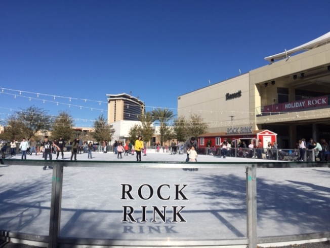 沙漠林中心的溜冰場開放到明年1月20日。(記者馮鳴台/攝影)