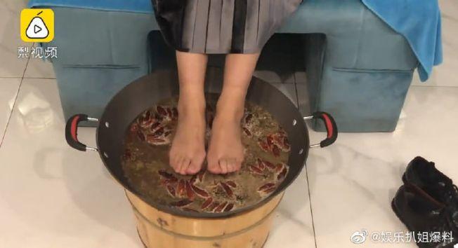 重慶人老火鍋泡腳,加了多味中藥材。(取材自微博)
