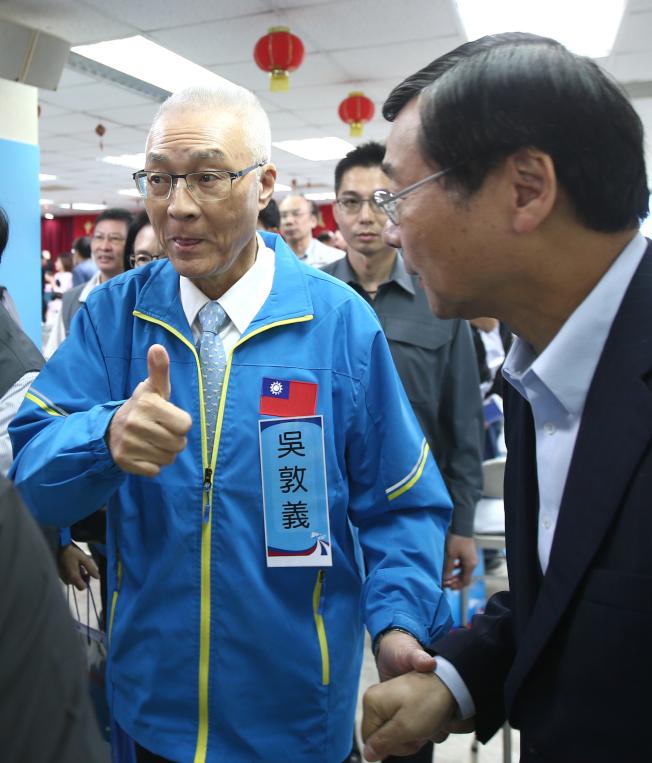 國民黨黨主席吳敦義(左)16日上午出席國民黨中央委員會議,投票完受訪時表示,「對投票結果,不能說滿意」。(記者蘇健忠/攝影)