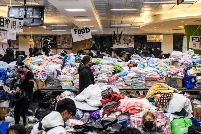 示威者14日在香港理工大學裡將物資集中。(Getty Images)