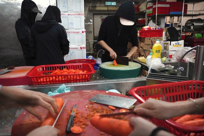 示威者15日在香港理工大學裡為眾人做飯。(美聯社)