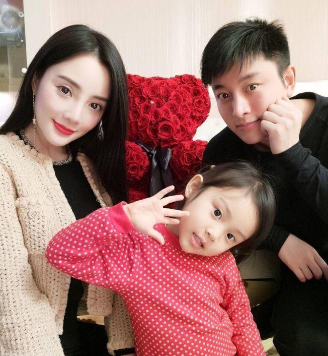 據傳賈乃亮(右)、李小璐(左)的女兒甜馨也看過媽媽和PG One視頻。(取材自微博)