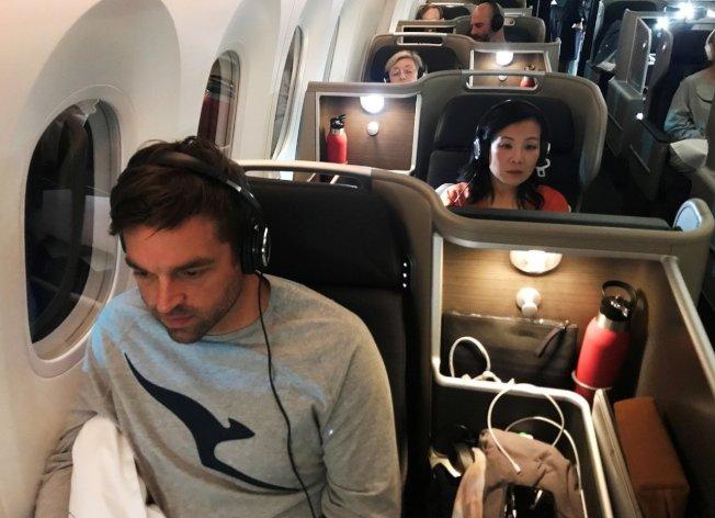 澳洲航空編號QF7879的787-9夢幻客機14日從英國倫敦直飛澳洲雪梨,測試乘客跟機組員能否適應超長航程和時差。路透