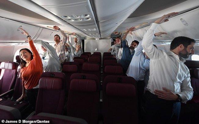 乘客們在生理學家帶領下,一起在座位和走道作著簡單的有氧運動。Qantas