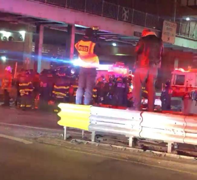 曼哈頓16日凌晨發生一起重大車禍,25歲休班華裔警員身亡。圖為車禍現場照片。(讀者提供)