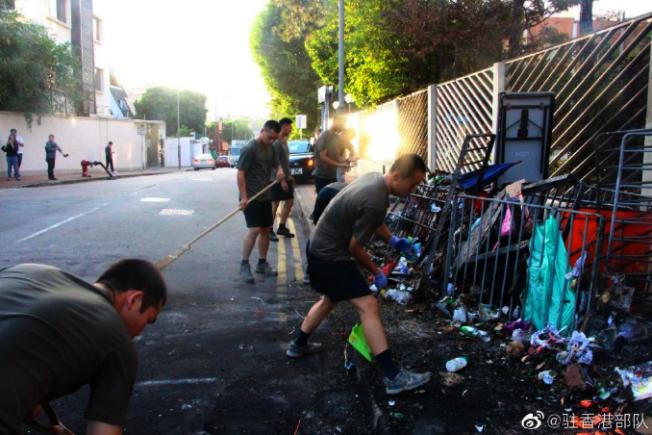 解放軍駐港部隊今午從九龍塘軍營走出,清理浸會大學對開聯福道的路障,引發議論與揣測。圖/取自微博「駐香港部隊」