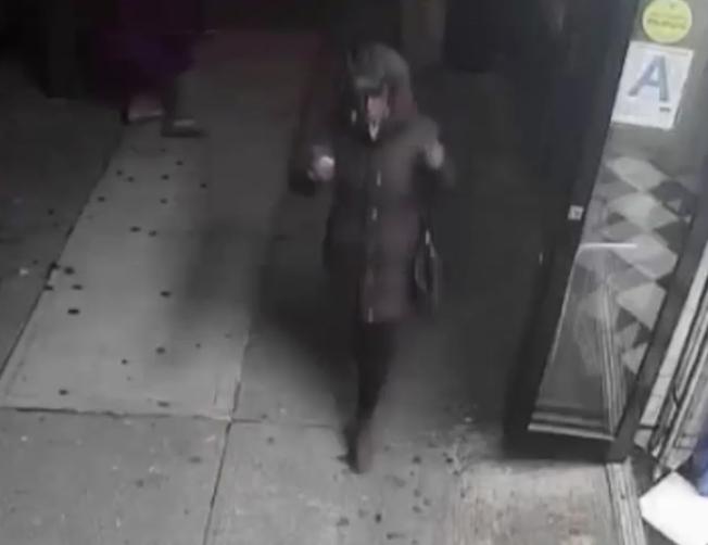 揮拳擊倒72歲耆老的非洲裔女子。(市警提供)