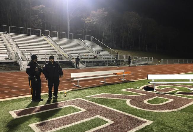 新澤西州兩所高中足球隊15日晚比賽時發生槍案,警方清空現場進行蒐證。(美聯社)