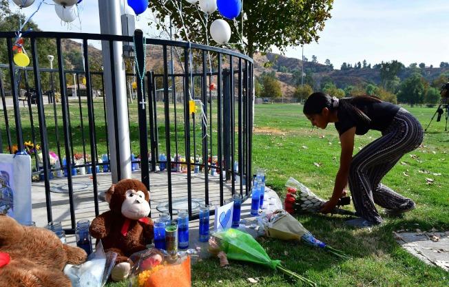 特勤局的調查指出,大多數的校園槍擊案件都可以避免。圖為居民在發生槍案的南加州索格斯高中獻花悼念罹難者。(Getty Images)