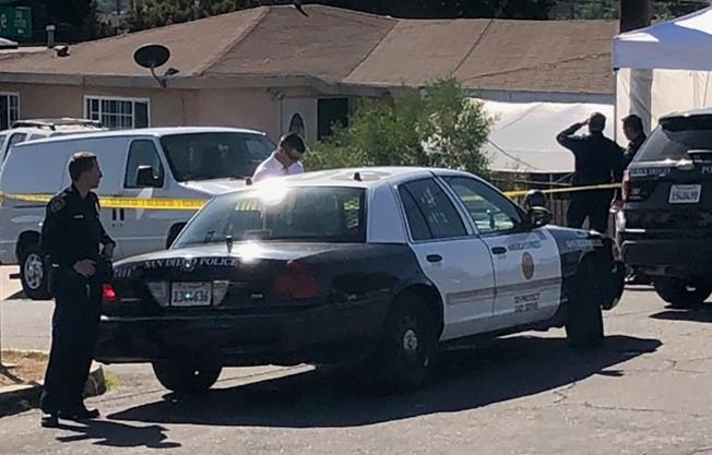 加州聖地牙哥發生人倫慘案,一名男子疑因離婚分產糾紛開槍打死太太與三名幼兒後自盡。圖為警方把凶宅封鎖進行調查。 (美聯社)