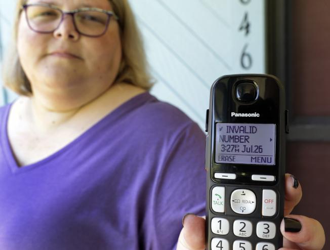 自動語音電話愈來愈多,國會兩黨議員終於草擬法案準備採取行動。圖為一名佛羅里達居民接到機器人電話。(美聯社)