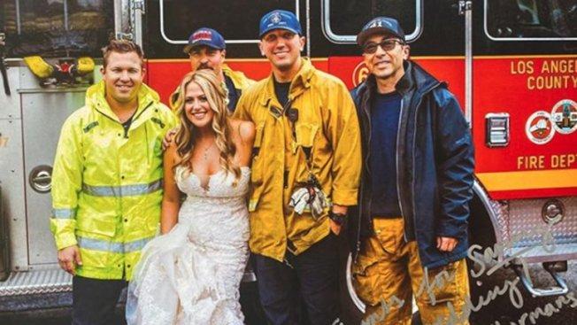 美新娘與護送她趕赴婚禮的消防員合影。(洛杉磯縣消防局提供)