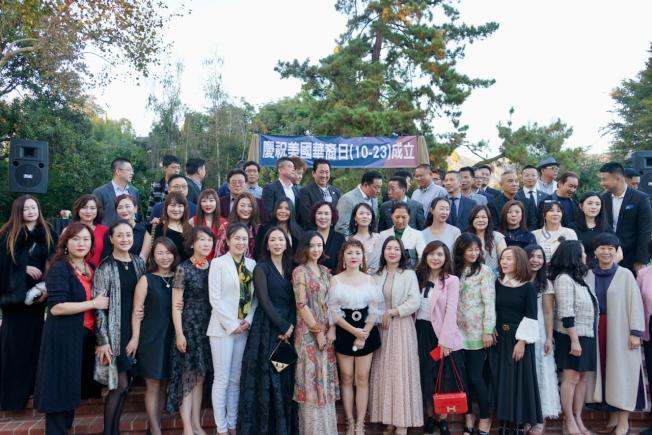 亞市舉辦「加州華裔美國人日」活動,部分與會者在活動現場合影。(記者陳開/攝影)