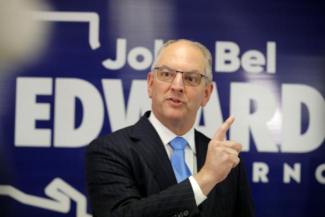 路易斯安納州州長愛德華茲(右)16日擊敗共和黨挑戰者,保住美南唯一一個民主黨州長職位。(美聯社)