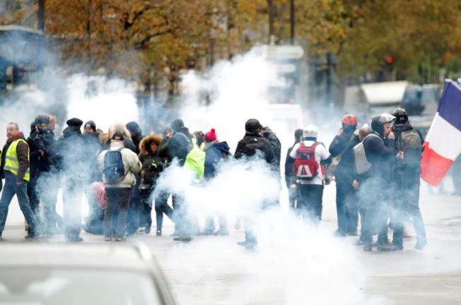 法國黃背心運動屆滿一周年,示威民眾16日再度集結走上街頭,警方則發射催淚瓦斯予以驅退。(路透)