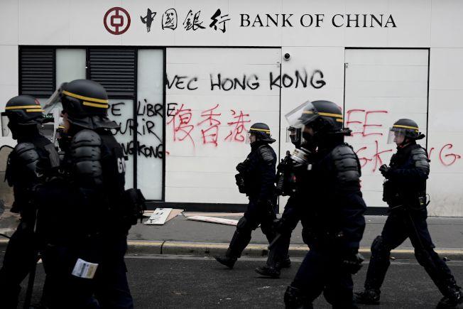法國的反政府示威「黃背心」運動即將屆滿一周年,示威者16日再度上街。巴黎的中國銀行辦公室也遭殃,留下「挺香港」字樣。(Getty Images)