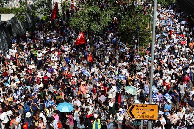 數千支持者16日上街支持警察止暴制亂,還有市民主動協助清除示威者設置的路障。(路透)