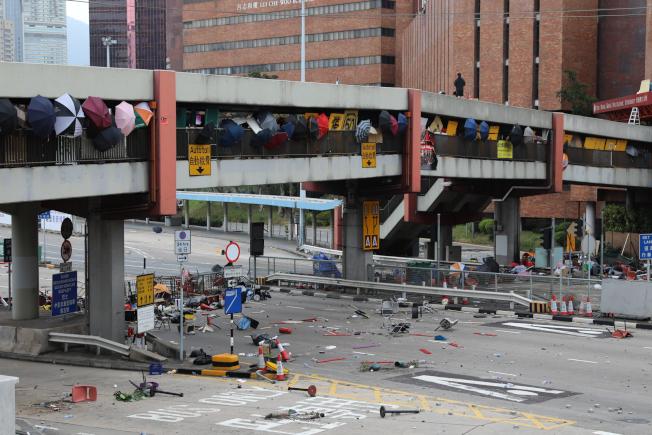 香港紅磡海底隧道來回線迄16日仍然封閉,激進示威者使用雜物堵塞天橋出入口,有小批黑衣人在橋上站崗。(香港中通社)