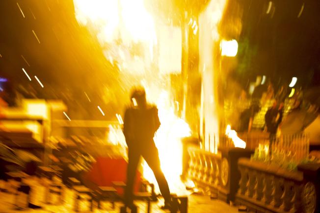 示威者在香港理工大學外面投擲自製的莫洛托夫燃燒彈。(美聯社)