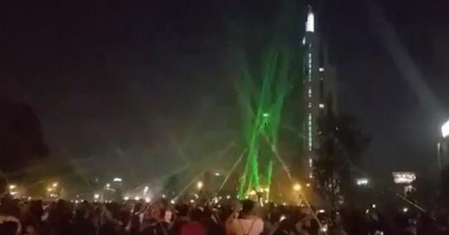 智利示威者用雷射筆對付無人機,成功讓無人機失控並墜落地面。(取材自YouTube)