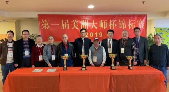 首屆美洲象棋大師杯錦標賽16日在法拉盛拉開帷幕;左六起為鄭勤霖、馬玉麟、胡全、陳良文。(記者牟蘭/攝影)