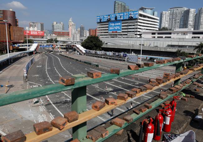 激進示威者在香港理工大學附近天橋上留下的磚塊等物品。(路透)