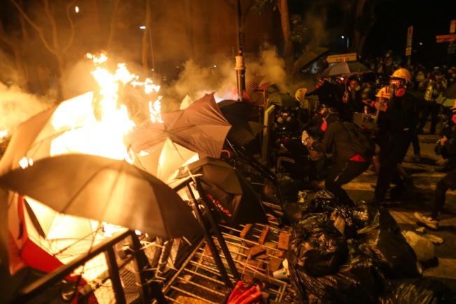 示威者16日晚在理工大學與港警對峙,雙方不斷以催淚彈和汽油彈互攻。(歐新社)