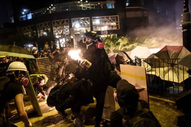 示威者16日晚在理工大學與港警對峙,雙方不斷以催淚彈和汽油彈互攻。(Getty Images)