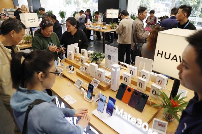 2020年將迎來5G手機換機潮,5G手機價格將迅速下降。圖為上海五角場蘇寧易購廣場5G手機熱銷。 (中新社)