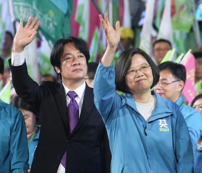 民進黨總統參選人蔡英文(右)16日與賴清德(左)在高雄舉辦大造勢,現場湧入10萬人場面熱烈。(記者劉學聖/攝影)