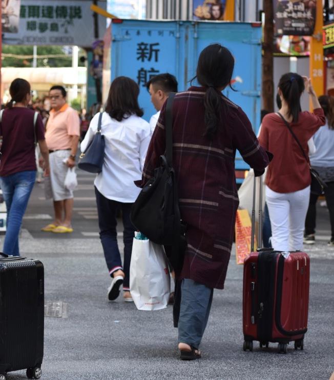 多月的香港反送中抗議活動,已使港澳旅客到台灣的人數減少。(記者李秀蘭/攝影)