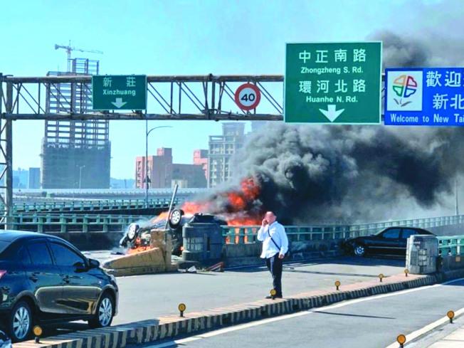 陳姓女子被拋出車外又遭翻覆車輛壓住,遭大火燒成焦屍,整輛車也面目全非。(記者巫鴻瑋/翻攝)