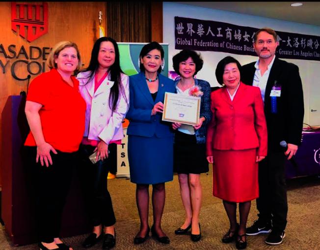 亞裔美國人癌症預防研討會,趙美心(左三)和李立華(右三)、凌生輝(右二)等合影。(記者張越/攝影)