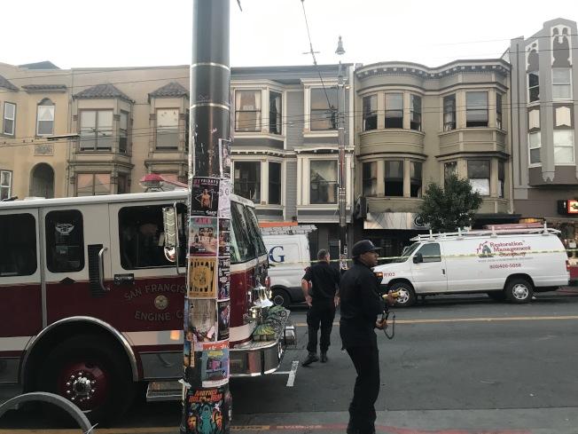 火災建築所在街區拉起警戒線,消防車在外面保持警戒。(記者黃少華/攝影)