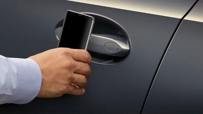 未來手機不再必須直接靠在車門把手上才能解鎖汽車,而可以方便地放在包包裡或口袋裡。 (圖:BMW提供)