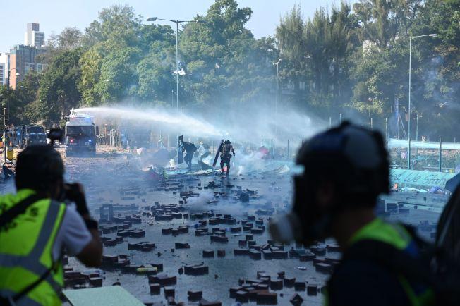 示威者連日在理工大學附近集結堵路,港警17日出動水炮車和裝甲車到場驅散黑衣人。(Getty Images)