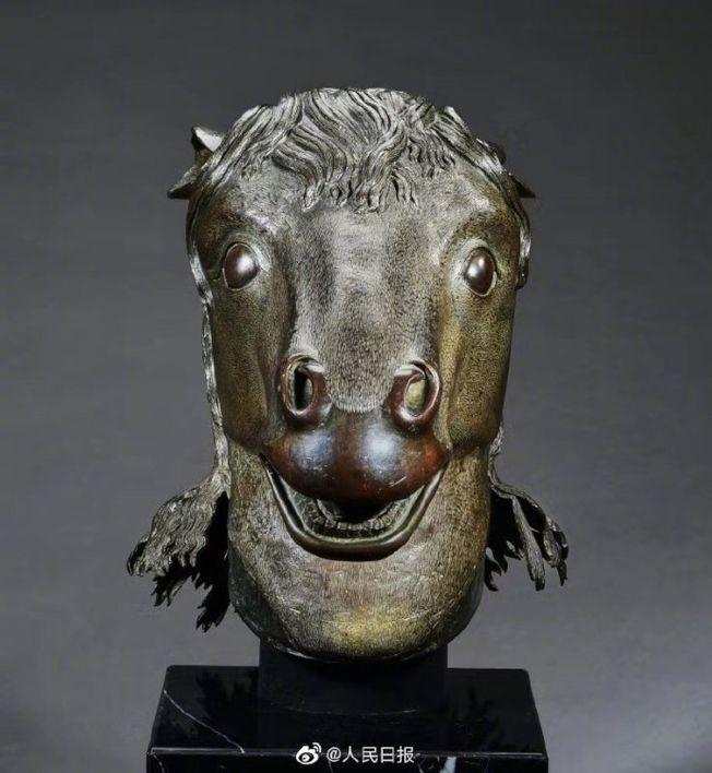 馬首銅像被網友稱讚「造型前衛」。(取材自微博)