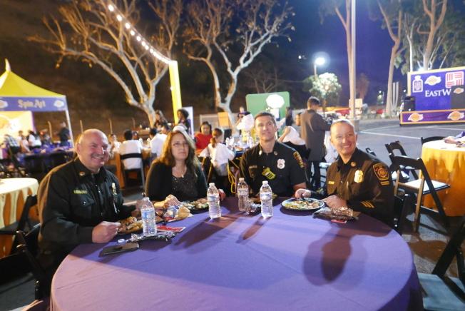 參與感恩節晚餐的組織包括洛杉磯市警察局和消防局。(記者李雪/攝影)