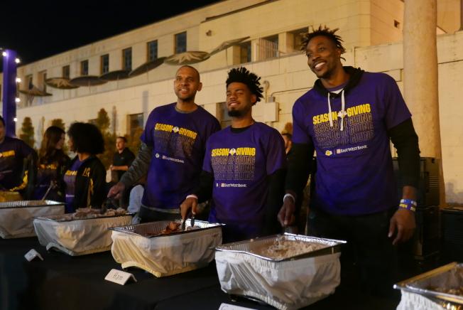 三名球星擔任起分餐工作,給孩子們盛裝晚餐。(記者李雪/攝影)