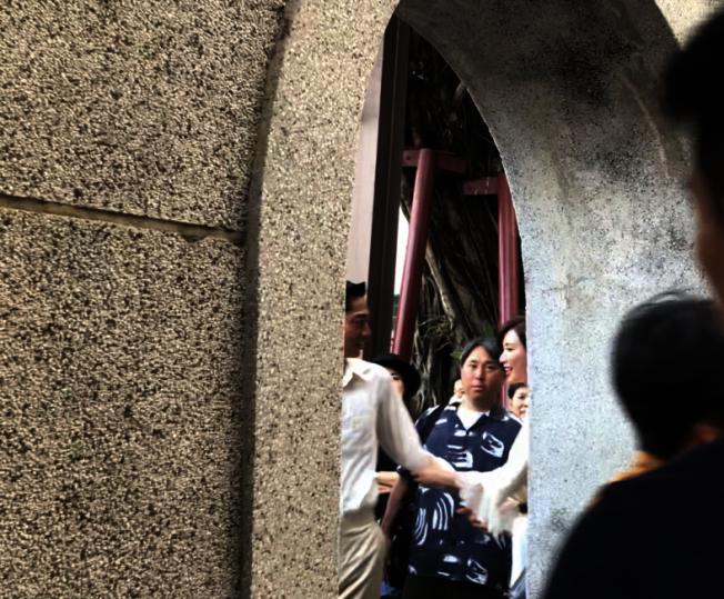 林志玲從台南全台吳姓大宗祠走出來。圖/讀者提供