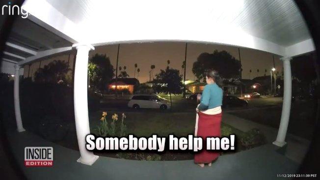 美國洛杉磯12日一名女子疑似遭綁架,尖叫求救瞬間,全被當地社區住戶的門鈴監視器給記錄下來。警方目前已經介入,並尋求當地民眾的協助調查這起可能的綁架案。圖片截取YouTube/Inside Edition影片