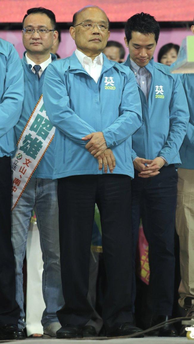 行政院長蘇貞昌(圖中)今天出席蔡英文競選總部成立大會,站在台上的他臉部表情僵硬。記者許正宏/攝影