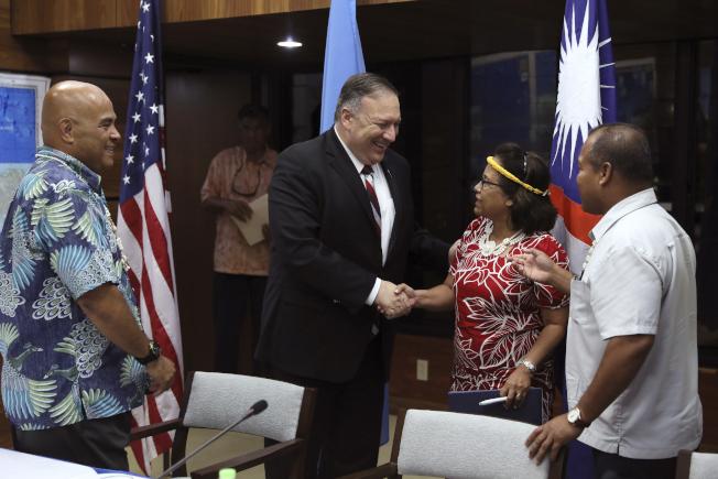 我邦交國馬紹爾群島與美簽有「自由聯合協定」。圖為美國國務卿龐培歐(左二)今年8月在一項記者會中與馬國總統海妮(右二)握手相談。美聯社