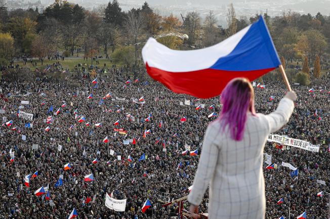 約20萬捷克民眾16日湧入首都布拉格紀念「絲絨革命」30周年,並要求涉貪的總理巴比斯下台。美聯社