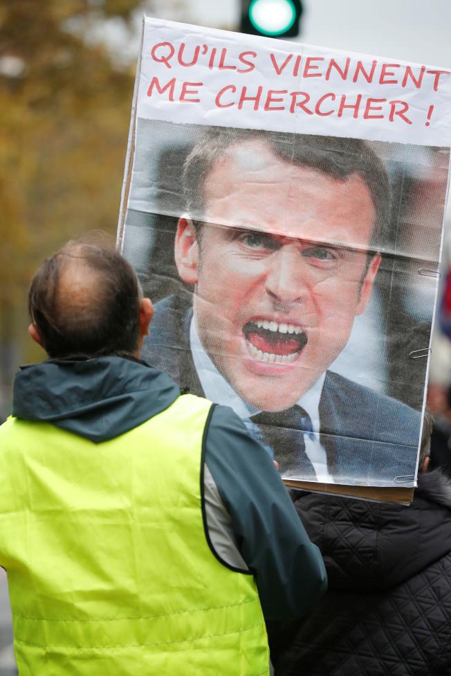 法國反政府示威「黃背心」運動即將屆滿一周年,民眾16日再度上街,示威者反對法國總統馬克宏的經改,要求馬克宏提早退休。路透