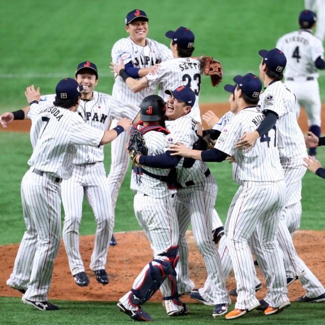 日本隊擊敗南韓奪得12強賽冠軍,賽後球員相擁慶賀。特派記者侯永全/攝影