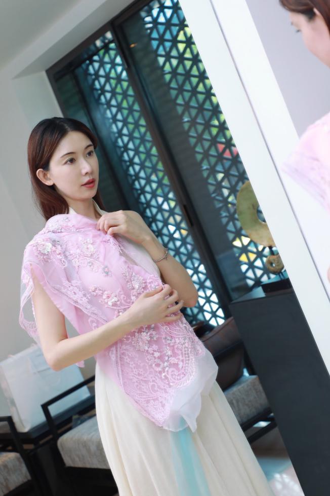 對於挑選送客禮服的布料,林志玲頗有自己想法。圖/SHIATZY CHEN提供