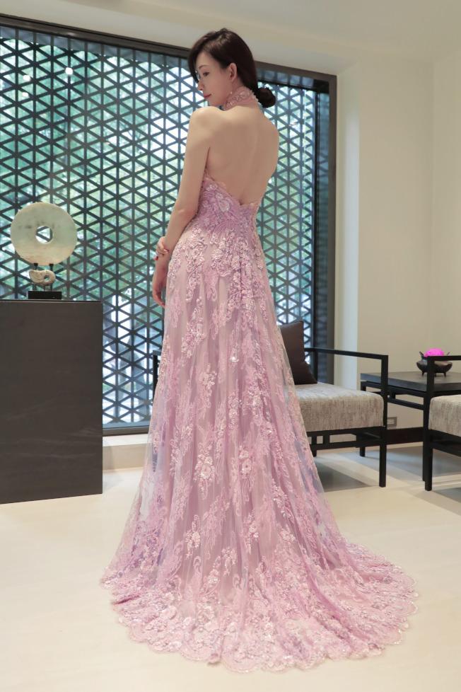 林志玲大婚送客禮服曝光,大秀美背的中式禮服由夏姿·陳提供。圖/SHIATZY CHEN提供