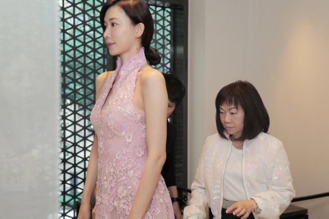 林志玲大婚送客禮服,由夏姿·陳設計總監陳彩霞女士親自調整、試衣。圖/SHIATZY CHEN提供